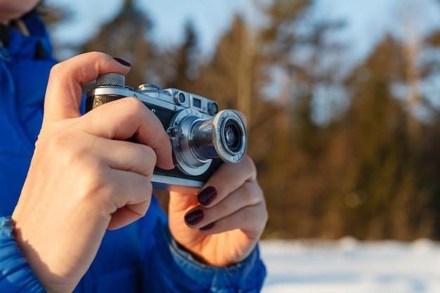 Weinlesekamera in der hand, winter im freien mit himmel