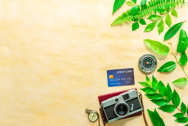 Weinlesekamera, kreditkarte, pass, taschenuhr und kompass auf tabelle
