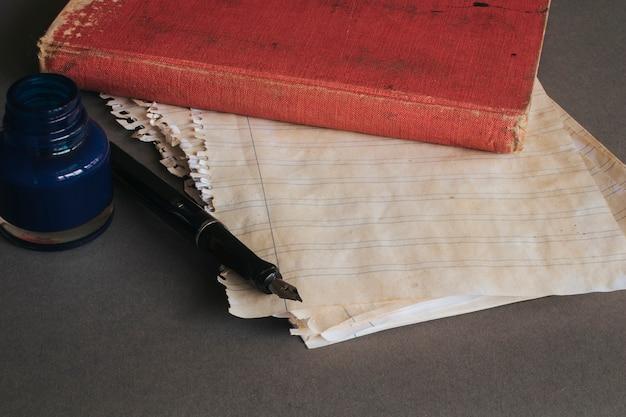 Weinlesekonzept mit buch auf papier