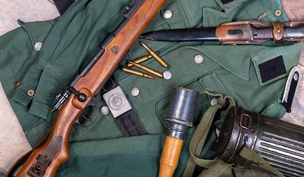Weinleseoberfläche mit feldausrüstung der deutschen armee. ww2