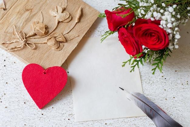 Weinlesepapier- und -federkarte für valentinsgrußtag