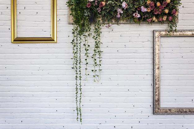 Weinleserahmen auf weißer backsteinmauer. hintergrund.