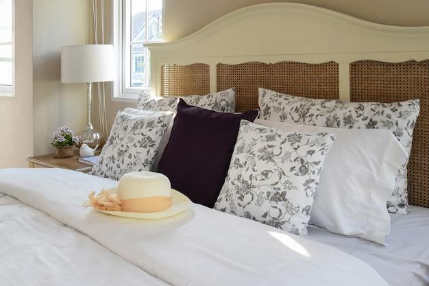 Weinleseschlafzimmerinnenraum mit blumenkissen und dekorativem tabl