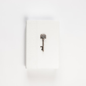 Weinleseschlüssel auf weißbuch auf weiß