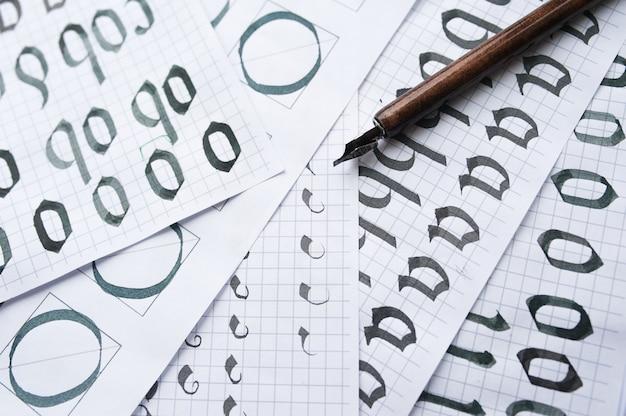Weinlesestift auf einer handgeschriebenen papierkonzept-kalligraphiestudie