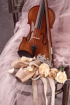 Weinlesestillleben mit rosen und ballettschuhen