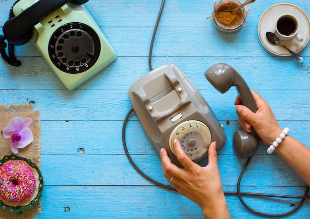 Weinlesetelefon, kaffee, biscotti, telefonanruf, traurige frau