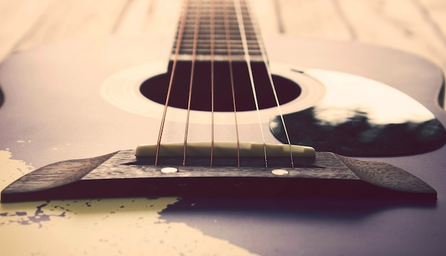 Weinleseton: gitarre auf hölzerner tabelle