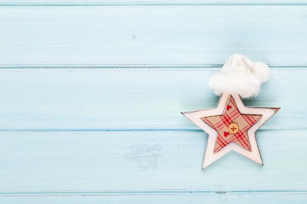 Weinleseweihnachtshintergrund mit weihnachtsdekoration. festliche dekoration auf blauem silberhintergrund. neujahrskonzept. speicherplatz kopieren. flach liegen. draufsicht.