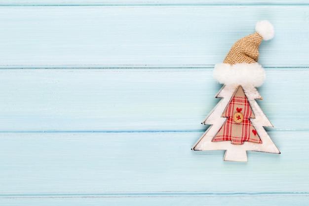 Weinleseweihnachtshintergrund mit weihnachtsdekoration. festliche dekoration auf blauem silberhintergrund.
