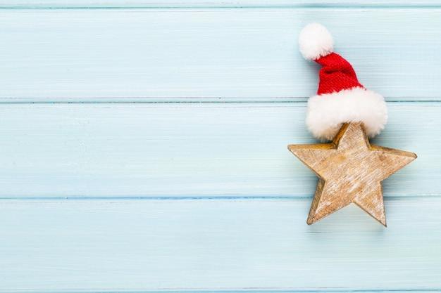 Weinleseweihnachtshintergrund mit weihnachtsdekoration. weihnachtsgrußkarte. festliche dekoration auf bokex-silberhintergrund. neujahrskonzept. speicherplatz kopieren. flach liegen. draufsicht.