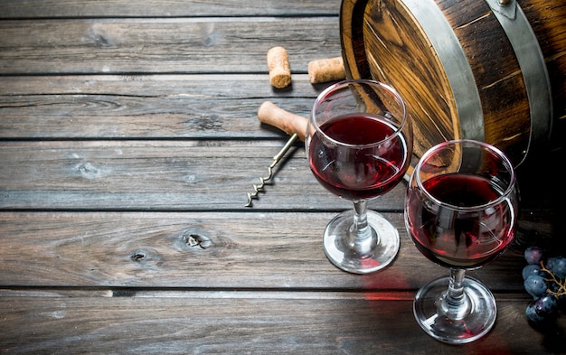 Weinoberfläche. ein altes fass rotwein. auf einer holzoberfläche.