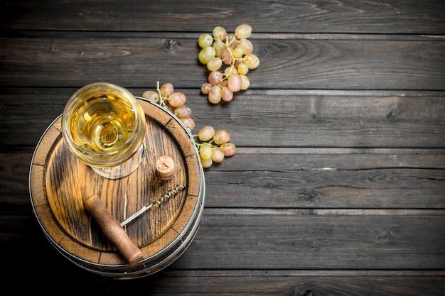 Weinoberfläche. ein altes fass weißwein. auf einer holzoberfläche.