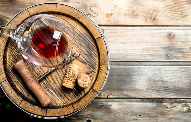 Weinoberfläche. fass rotwein. auf einer holzoberfläche.