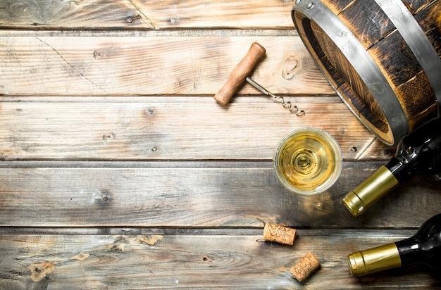Weinoberfläche. fass weißwein. auf einer holzoberfläche.