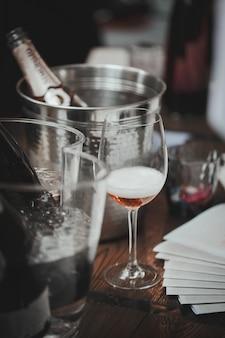 Weinprobe auf dem holztisch steht ein mit rosa gefülltes glas