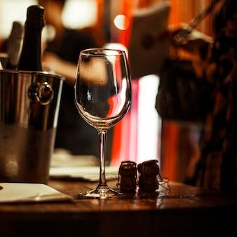 Weinprobe: auf dem verkostungstisch steht ein leeres glas neben prospekten