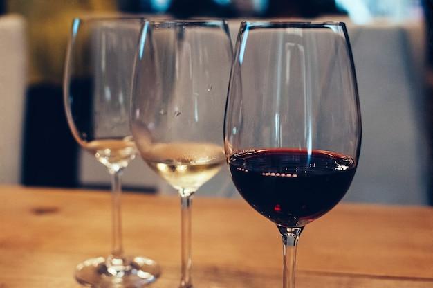 Weinprobe event drei gläser bar oder restaurant interieur gedämpftes licht