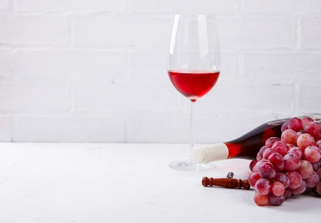 Weinrosa und traube. alkoholisches getränk in einem glas