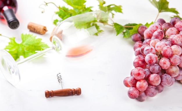 Weinrosa und traube. alkoholisches getränk