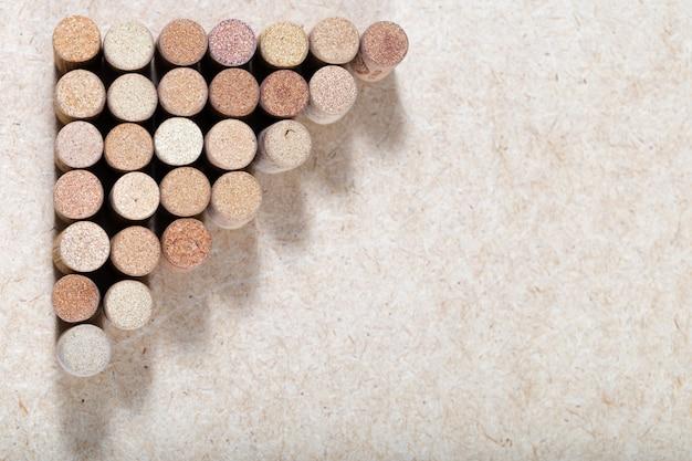 Weintopfhintergrund horizontal. kopieren sie platz für ihren text. muster von gebrauchten weinstopfen. verschiedene korken weißwein.