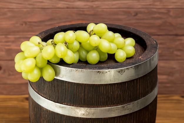 Weintraube auf hölzernem fass