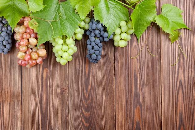 Weintraube auf holztischhintergrund mit kopienraum
