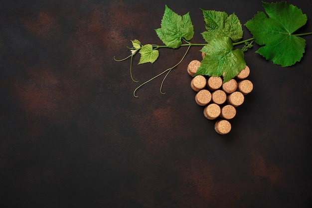 Weintraube korken mit blättern auf rostigem hintergrund