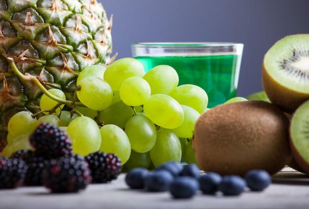 Weintraube und kiwi