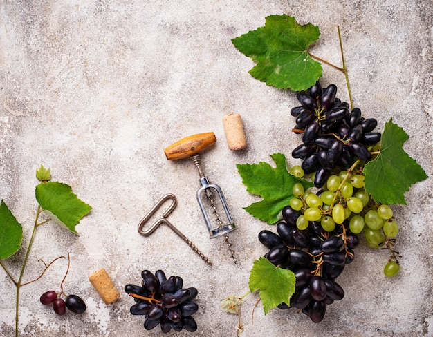 Weintraube, wein und korkenzieher