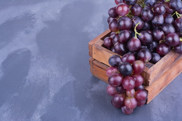Weintrauben in einem holztablett.