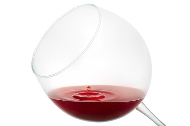 Weintropfen, der auf glas lokalisiert auf weißem hintergrund spritzt
