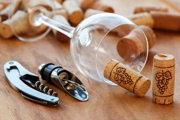 Weinwerkzeuge und korken