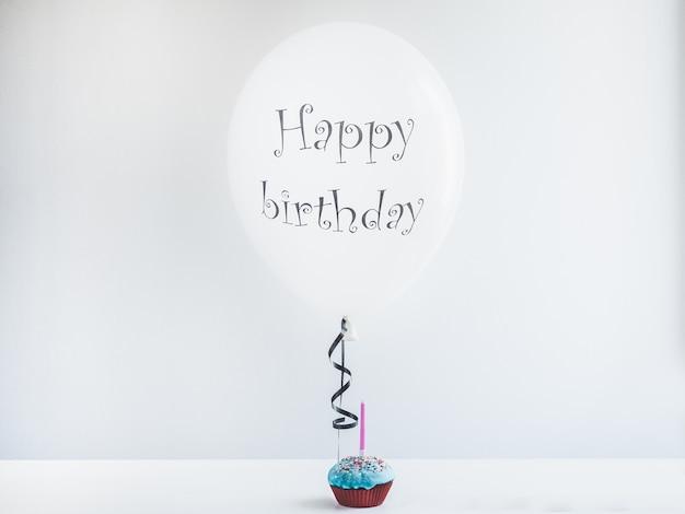Weiß, ballon mit geburtstagsgrüßen und cupcake