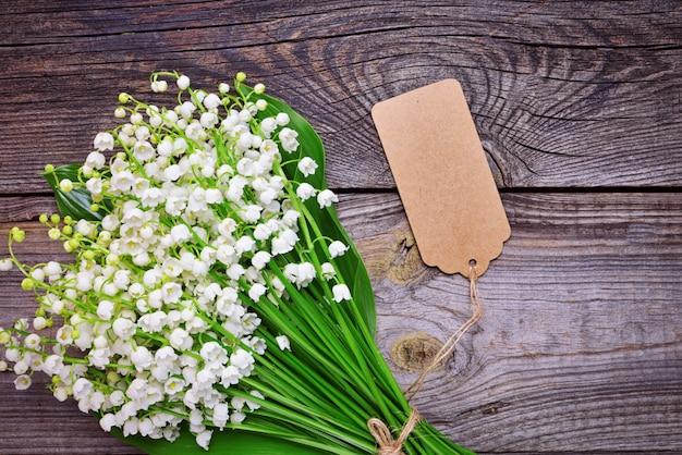 Weiß blühende maiglöckchen mit grünen blättern