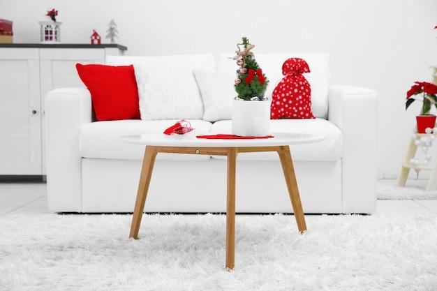 Weiß dekoriertes weihnachtsinterieur