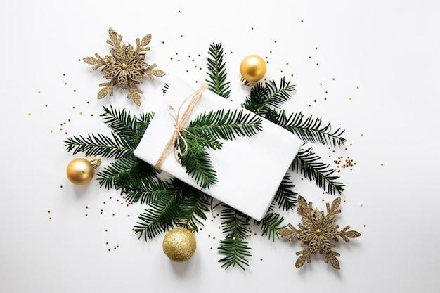 Weiß eingewickeltes geschenk mit dekorationen