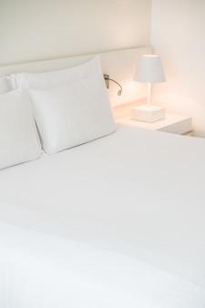 Weiß gemachtes bett mit nacht