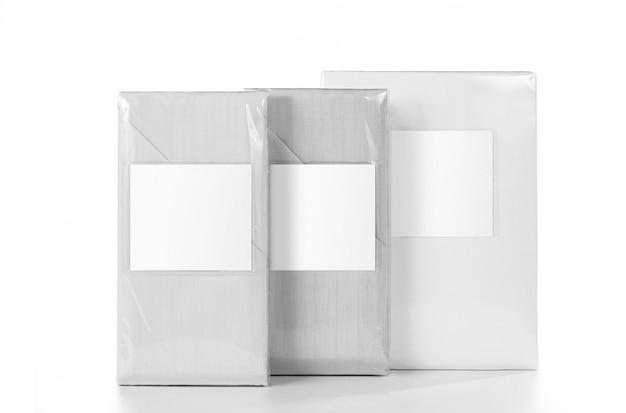 Weiß gestreifte stoffbettwäsche im pvc-handelspaket