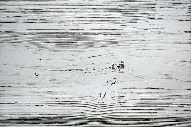 Weiß gestrichene struktur des alten baumes. gebrochener hölzerner oberflächenhintergrund