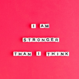 Weiß ich bin stärker als ich denke perlenwörter typografie auf rot