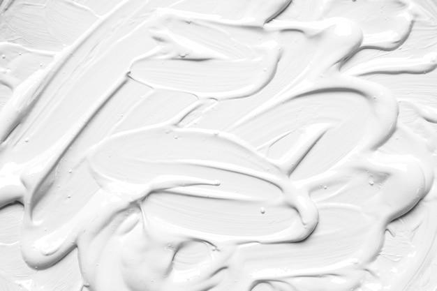 Weiß lackierte oberfläche in pinselstrichen