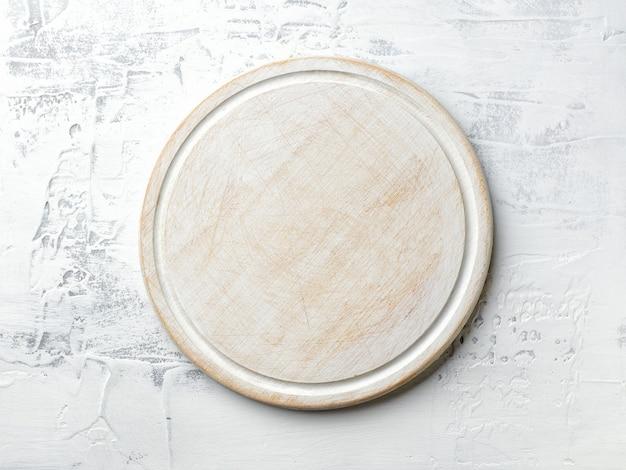 Weiß lackiertes schneidebrett auf küchentisch-draufsicht