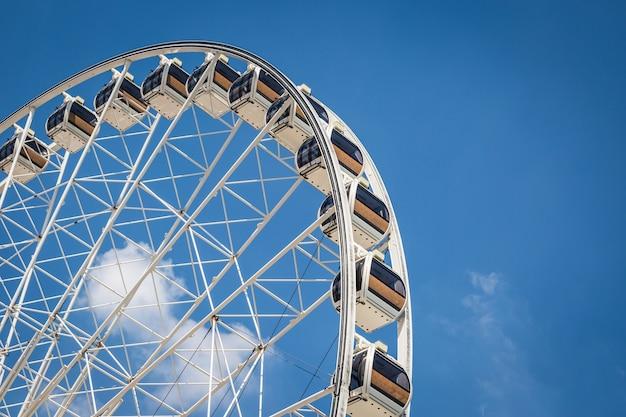 Weiß schönes großes riesenrad mit hintergrund des blauen himmels