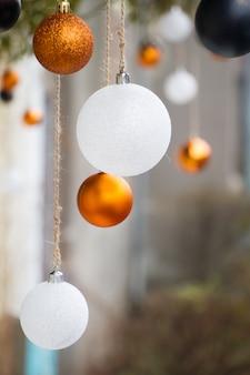 Weiß und goldweihnachtskugeln