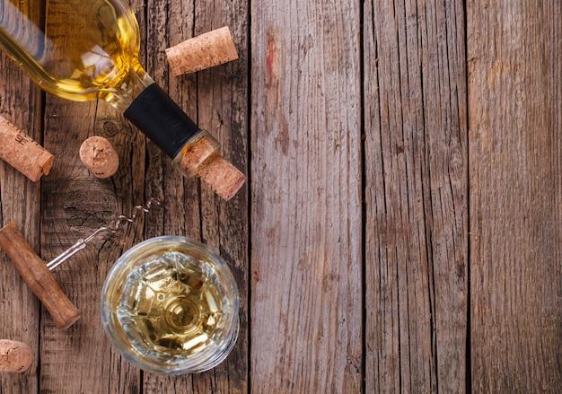 Weiß- und rotwein in flaschen und ein glas wein
