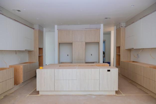 Weiß von hölzernen kabinetten der küche mit zeitgenossen