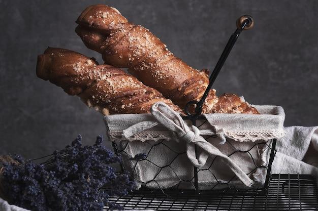 Weißbrot in einem korb und lavendelblumen im weinlesestil.