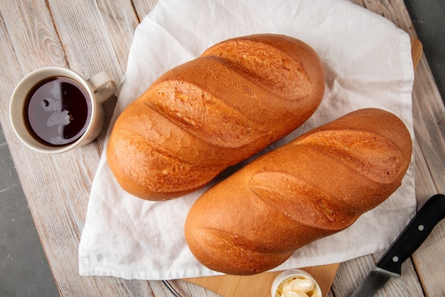 Weißbrot mit butter und kaffee