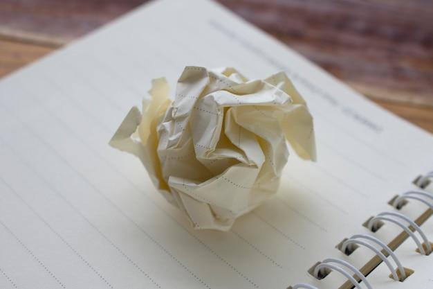 Weißbuch auf der notizbuchideendesignbeschaffenheit leer